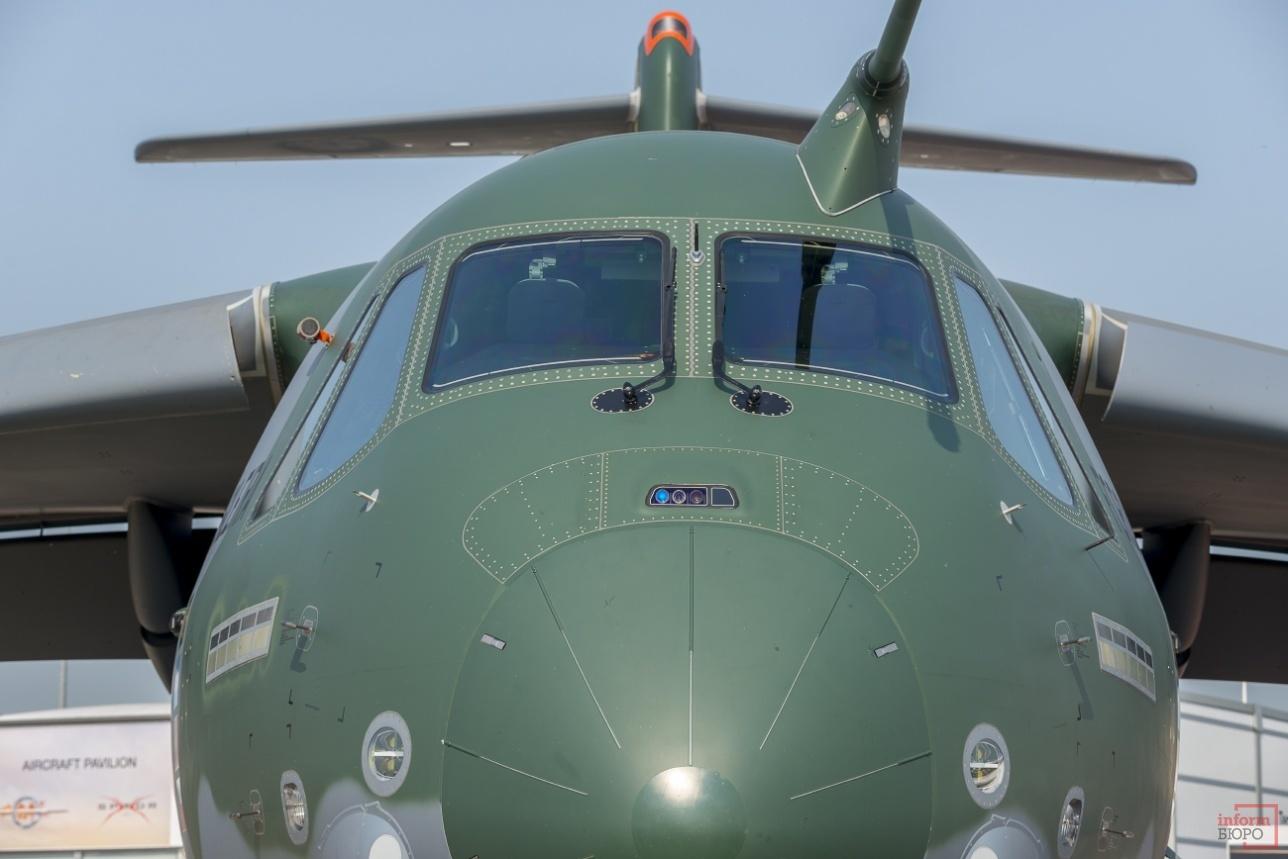 Двухмоторный тактический военно-транспортный самолёт средней дальности KC-390