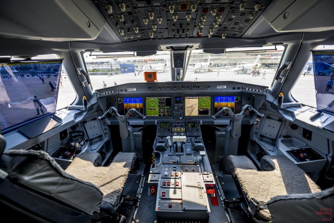 Пилотская кабина E-195-E2