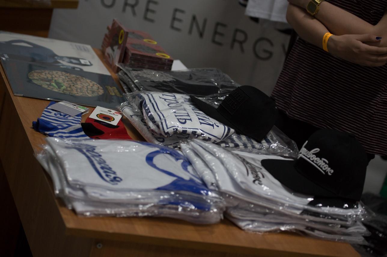"""Пара носков с логотипом """"Мумий тролль"""" стоит 3 тыс. тг, футболка - 9 тыс. тг, виниловая пластинка 10 и 16 тыс. тг."""