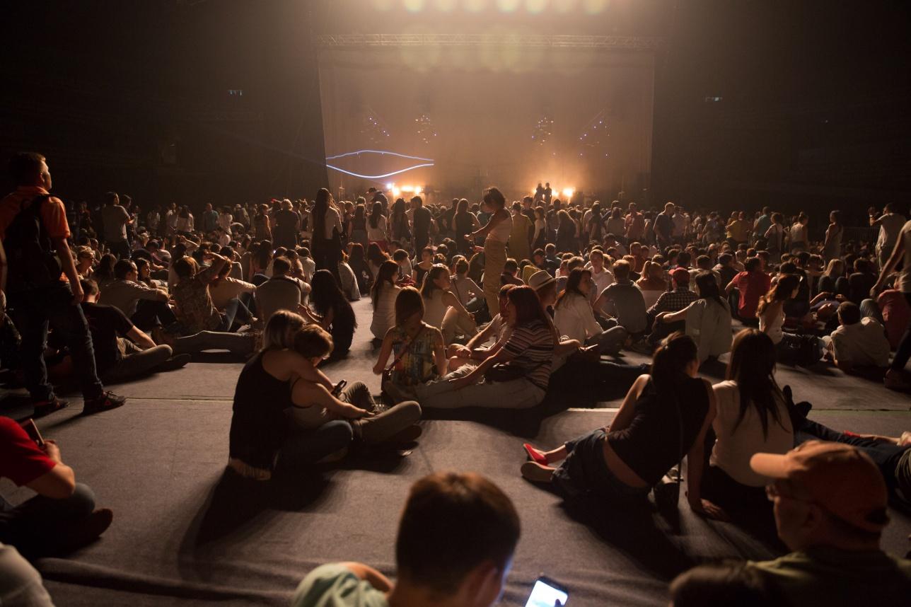 Зрители на танцполе во время перерыва между выступлениями групп