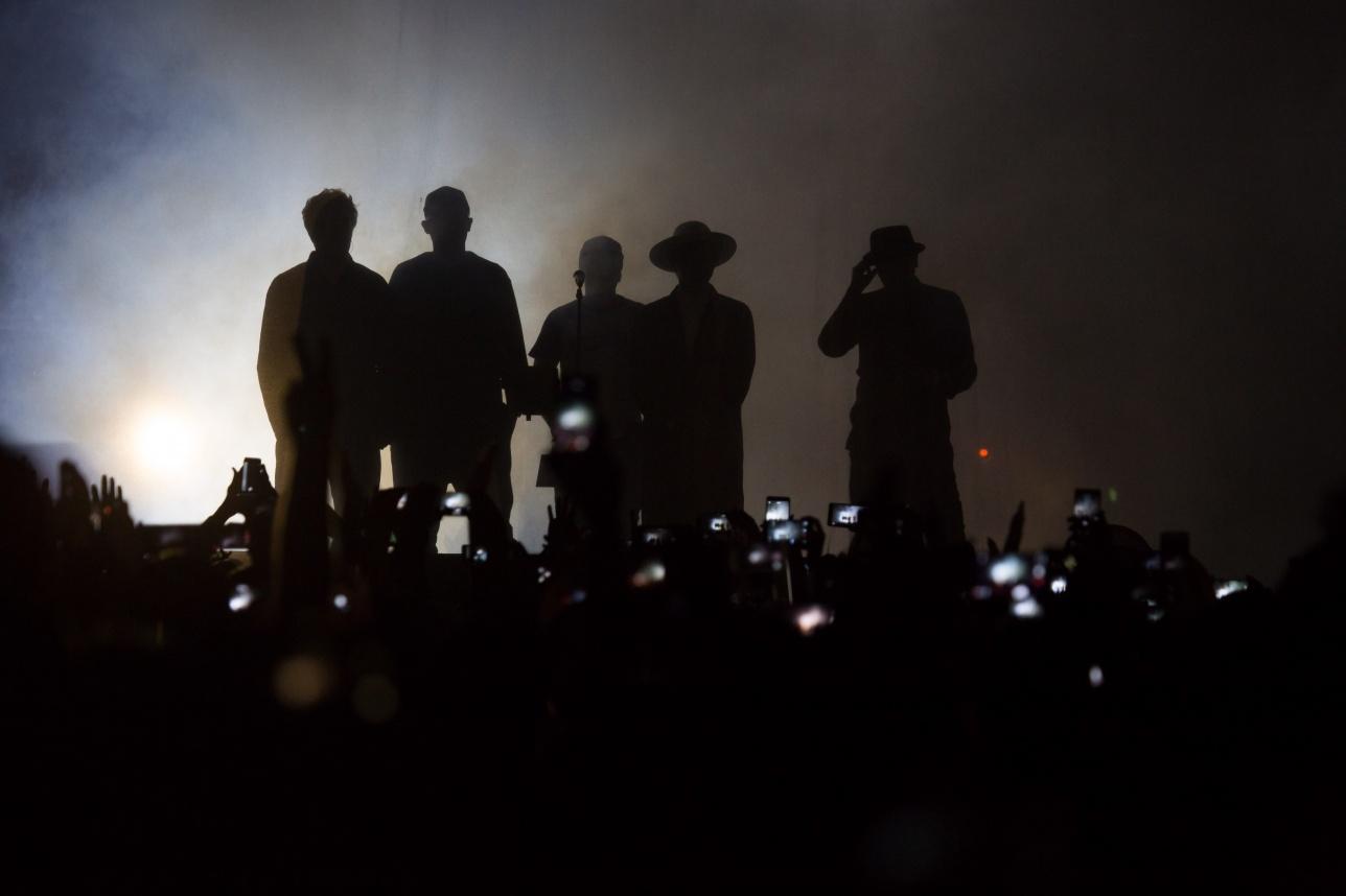 """Группа """"Мумий тролль"""" выходит начала выступление, выйдя из тени"""