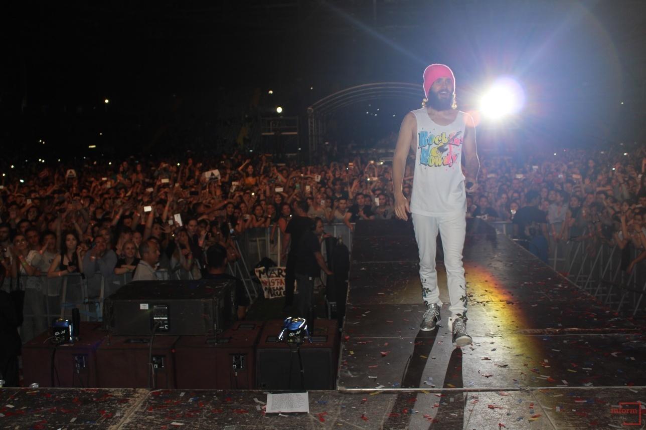 Джаред Лето идёт к фанатам на сцене