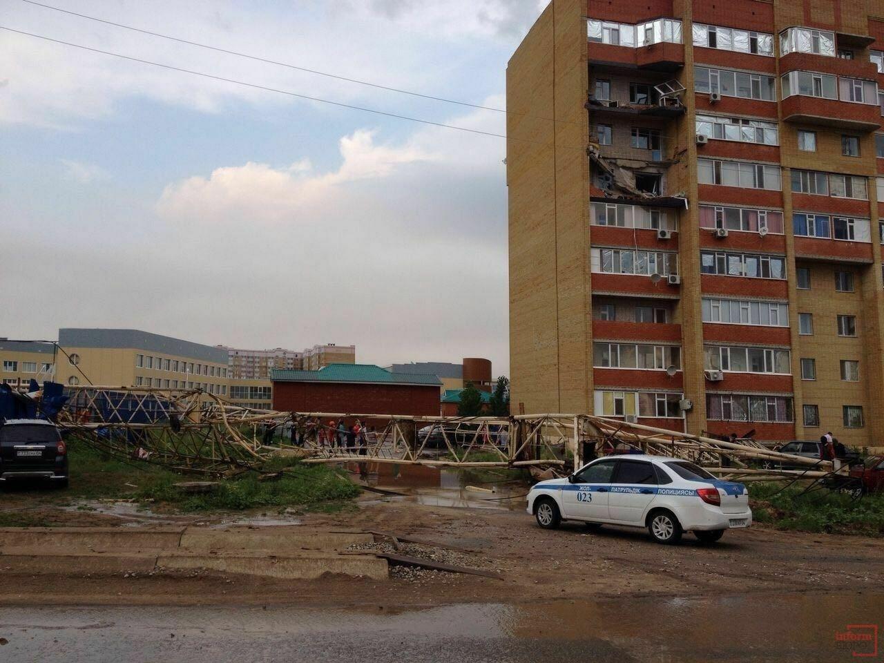 В Актобе рухнул строительный кран