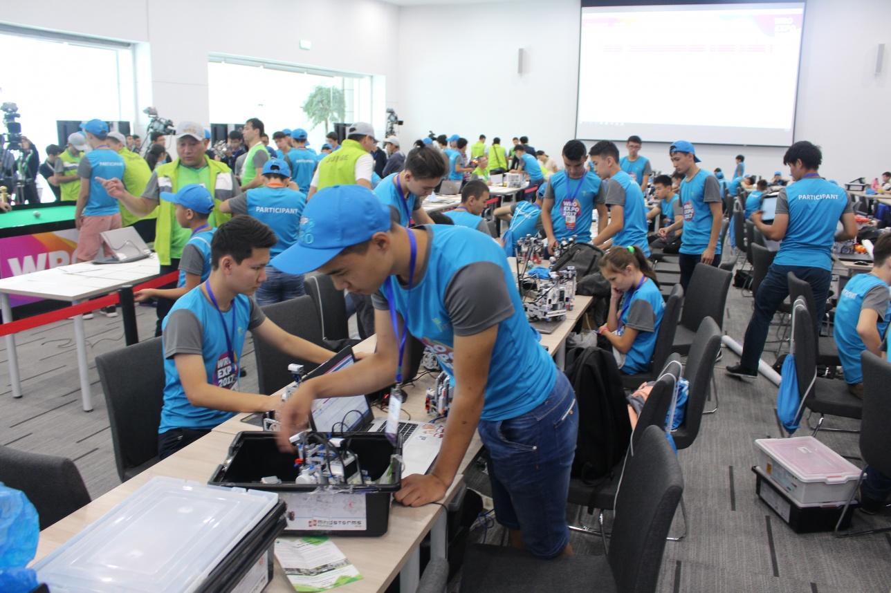 Участники программируют роботов