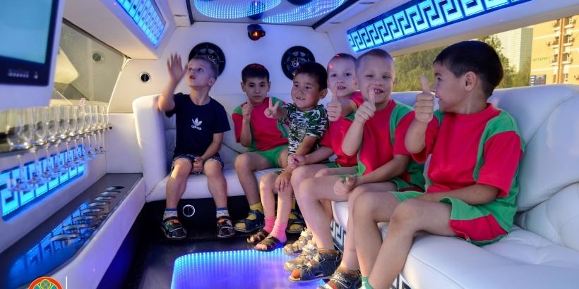 Всего экскурсию на лимузинах устроили для 50 детей