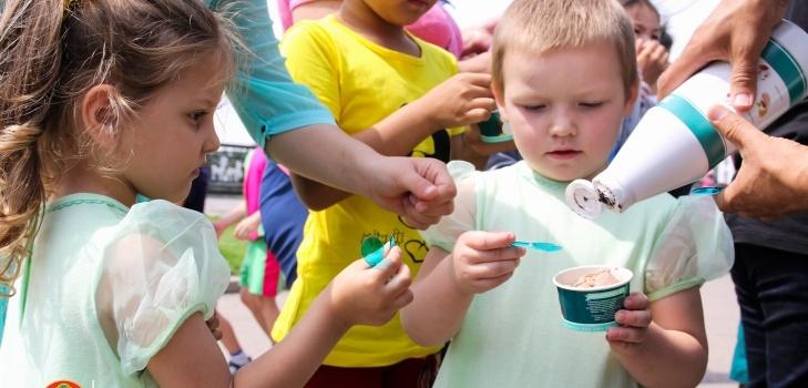 В качестве дополнительного сюрприза ребят угостили мороженным