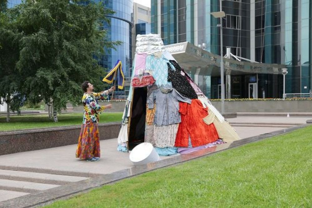Инсталляция Хан-Шатыра из одежды