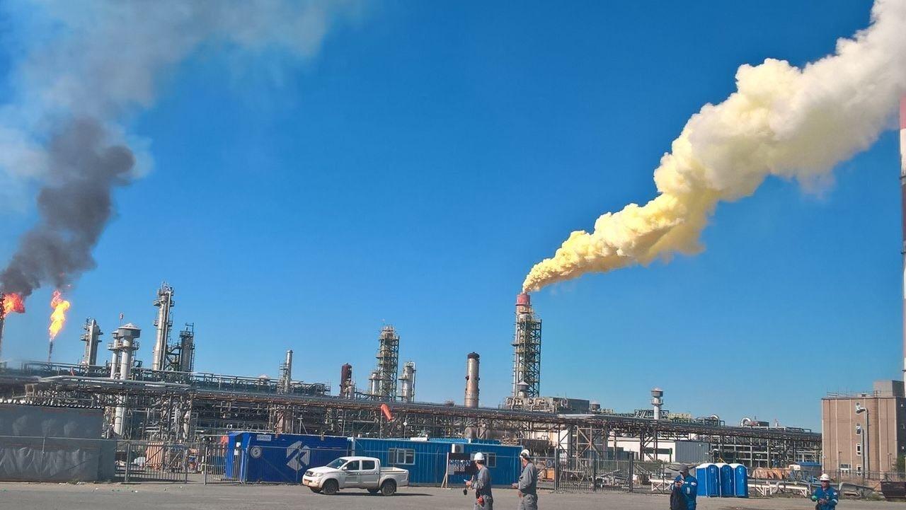 Жёлтый дым шёл из трубы завода