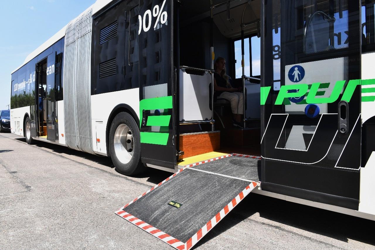 Автобус снабжён пандусом для людей с ограниченными возможностями
