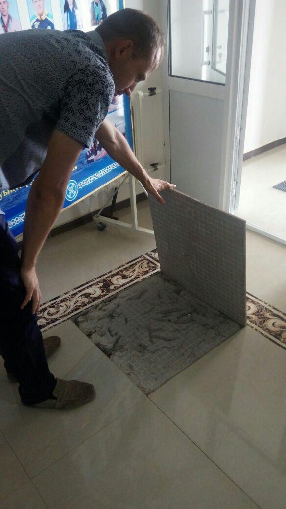 Напольная плитка в здании отваливается