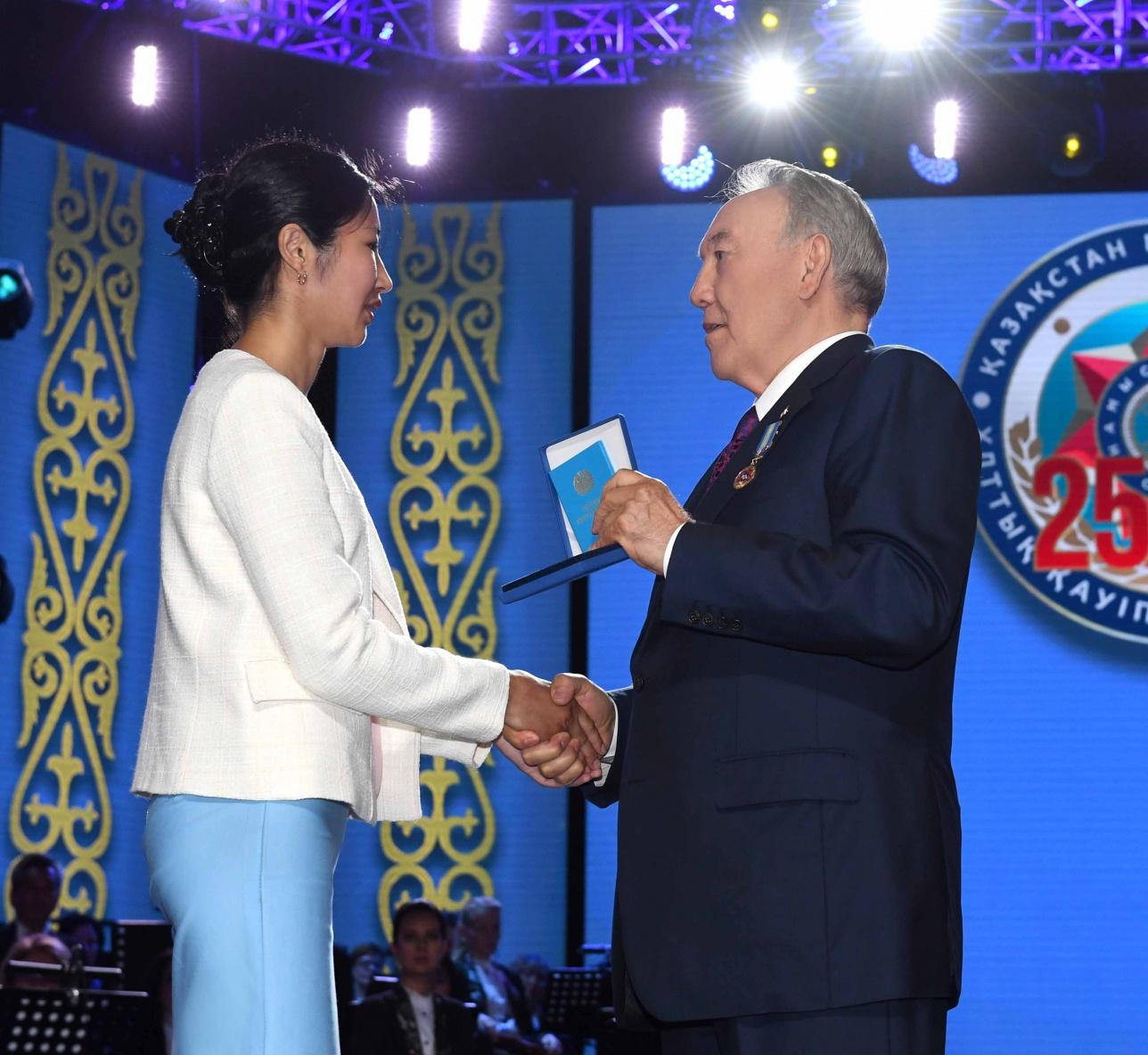 Глава государства награждает отличившихся сотрудников