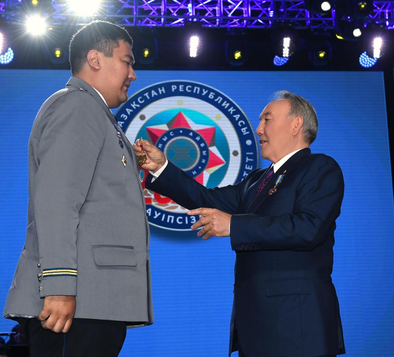 Глава государства вручает награду
