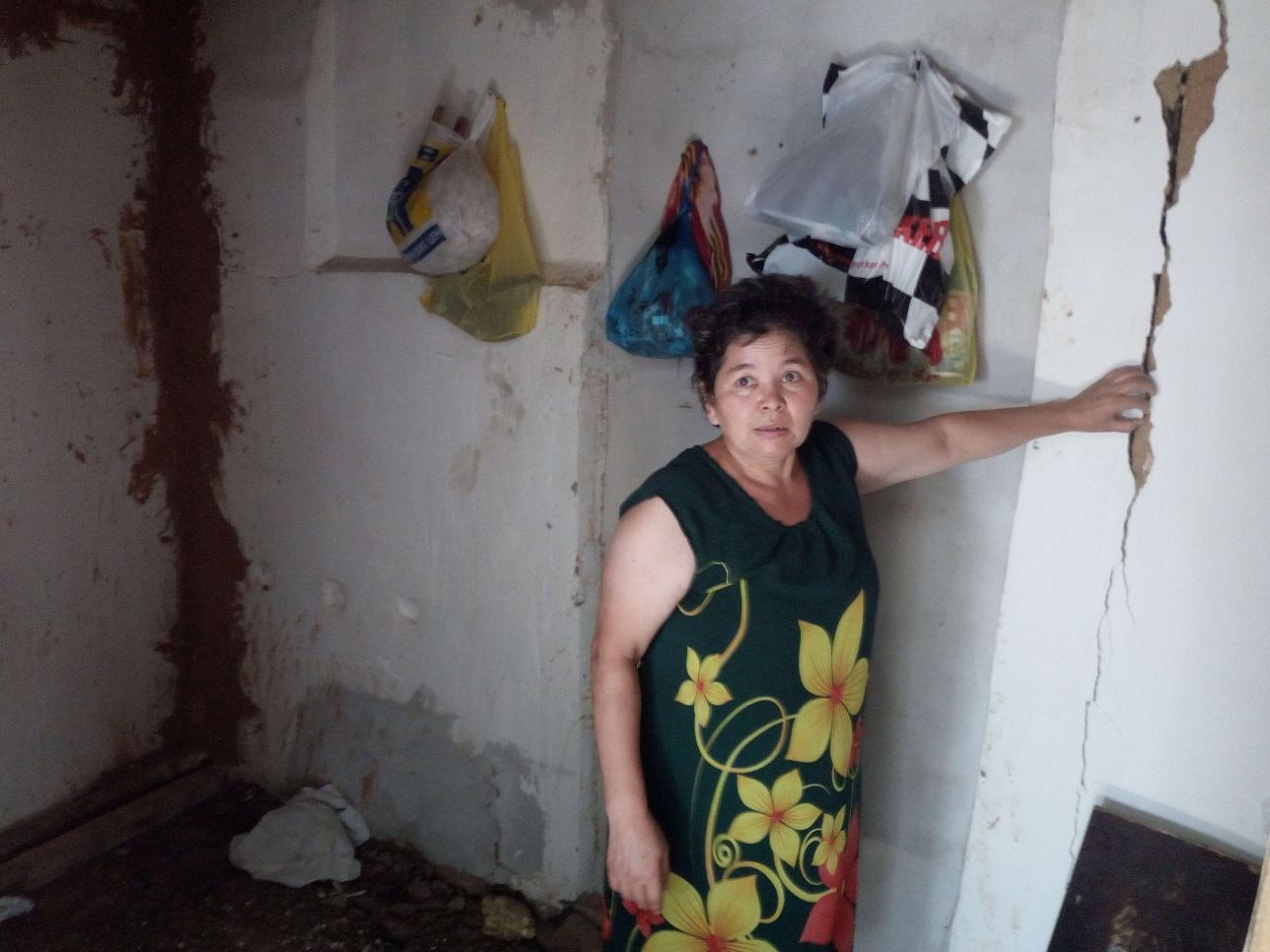 Ляззат Ахметова боится оставаться в разрушающемся доме