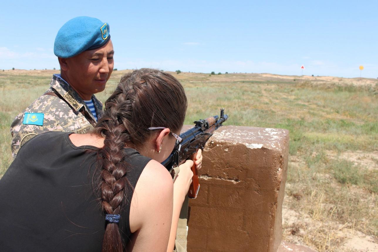 В соревнованиях по стрельбе из автомата участвовали и девушки