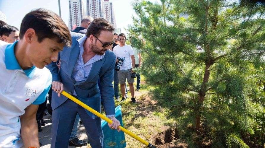 Кейдж сажает деревья в Астане