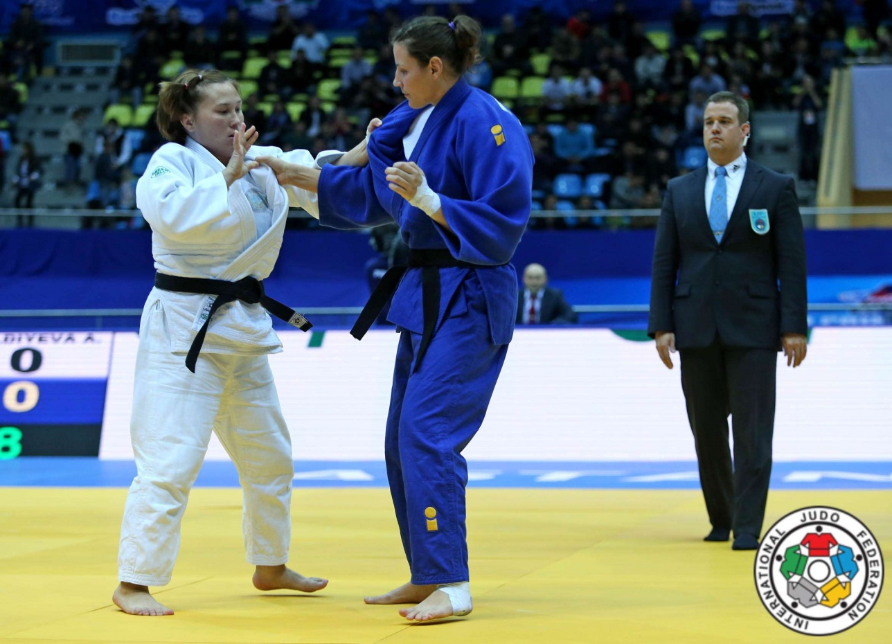 Альбина Амангельдиева (на снимке - слева)