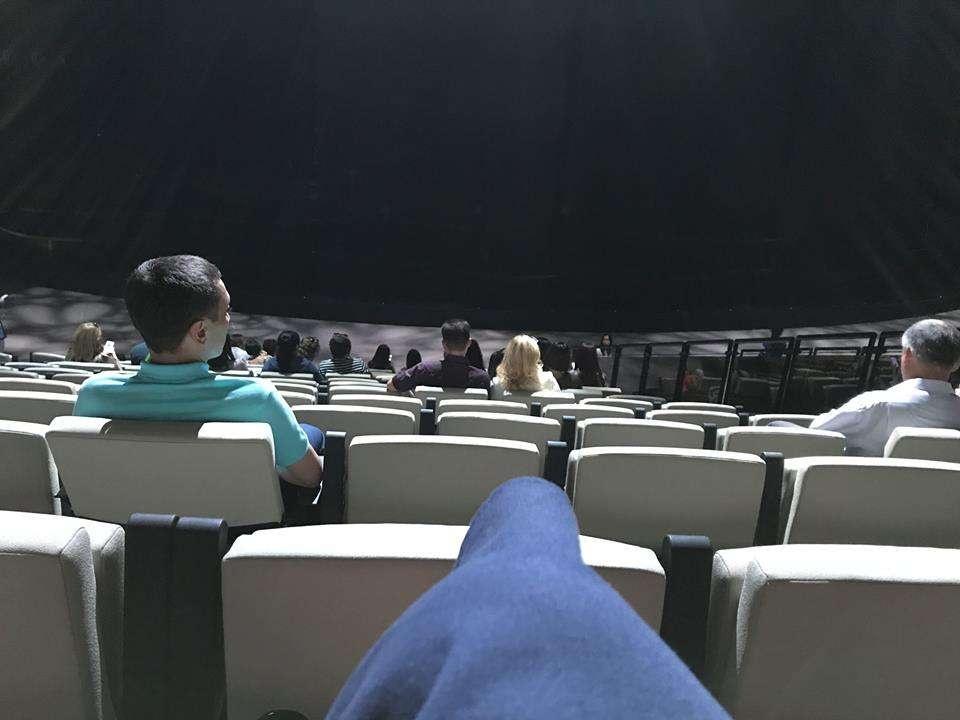 Зал сфотографирован за минуту до начала концерта