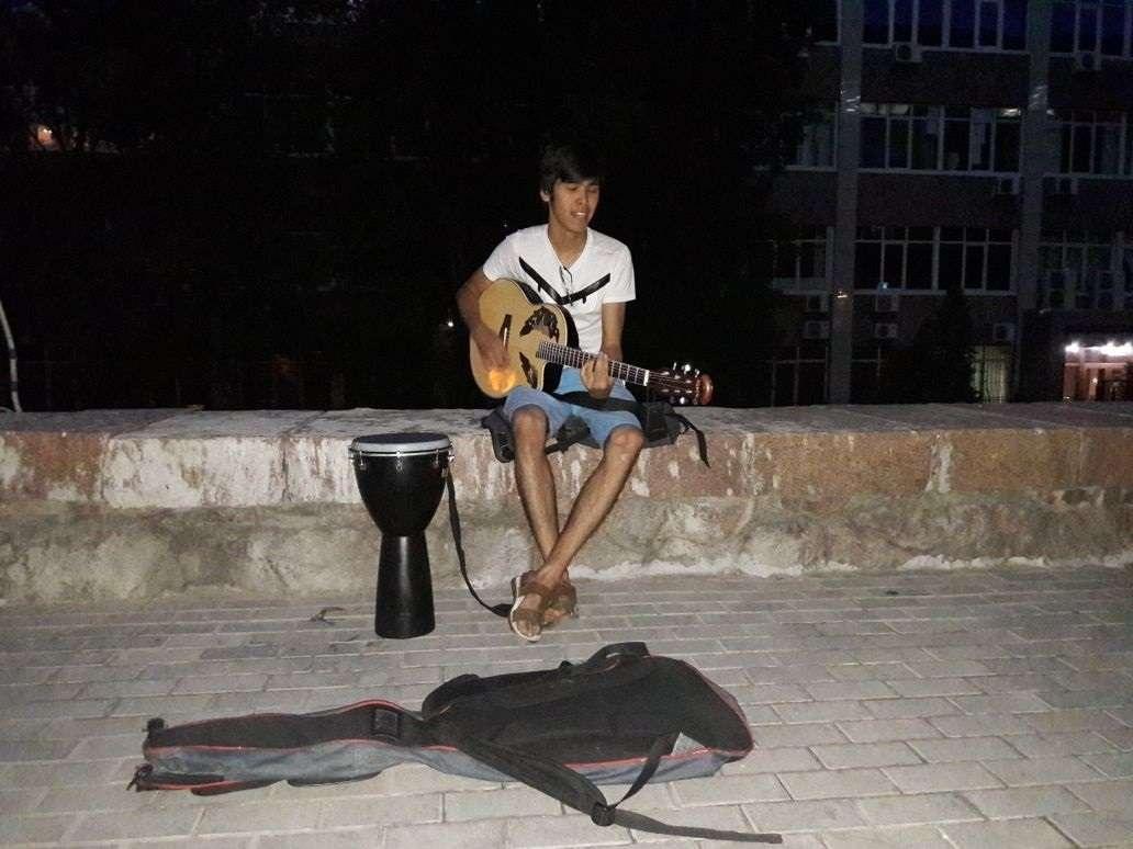Топ мүшесі Қанат джем мен гитарада ойнауды арбатта үйренген