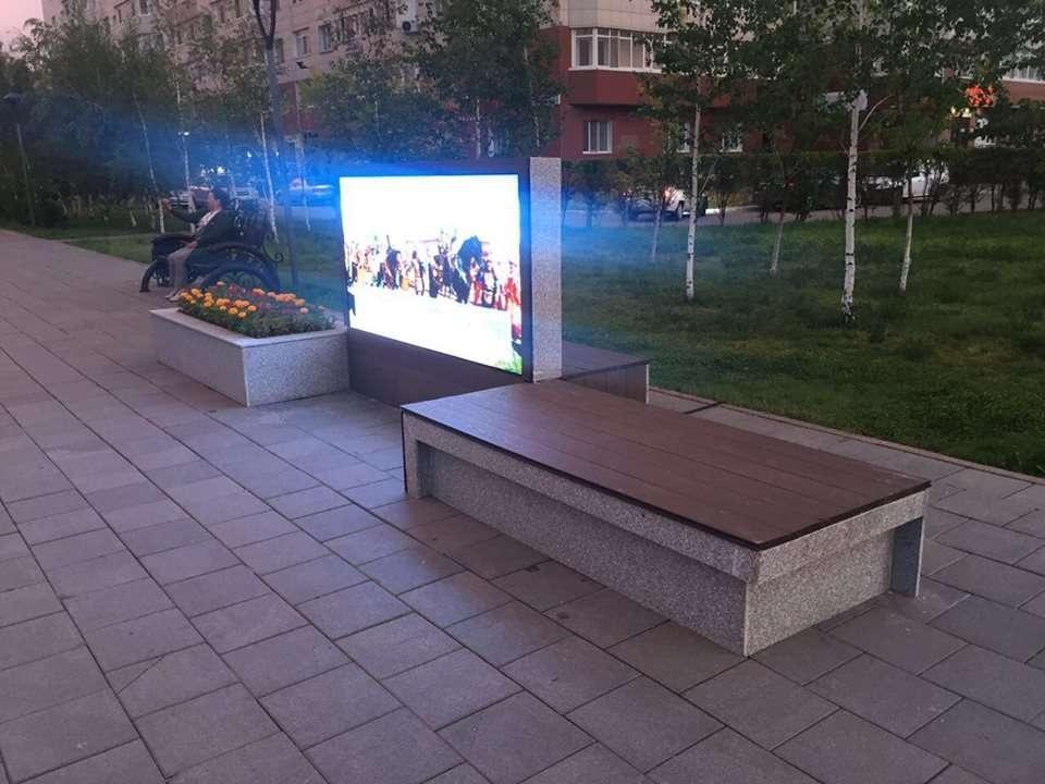 Возле ЦУМа установлены новые скамейки и LED-экран