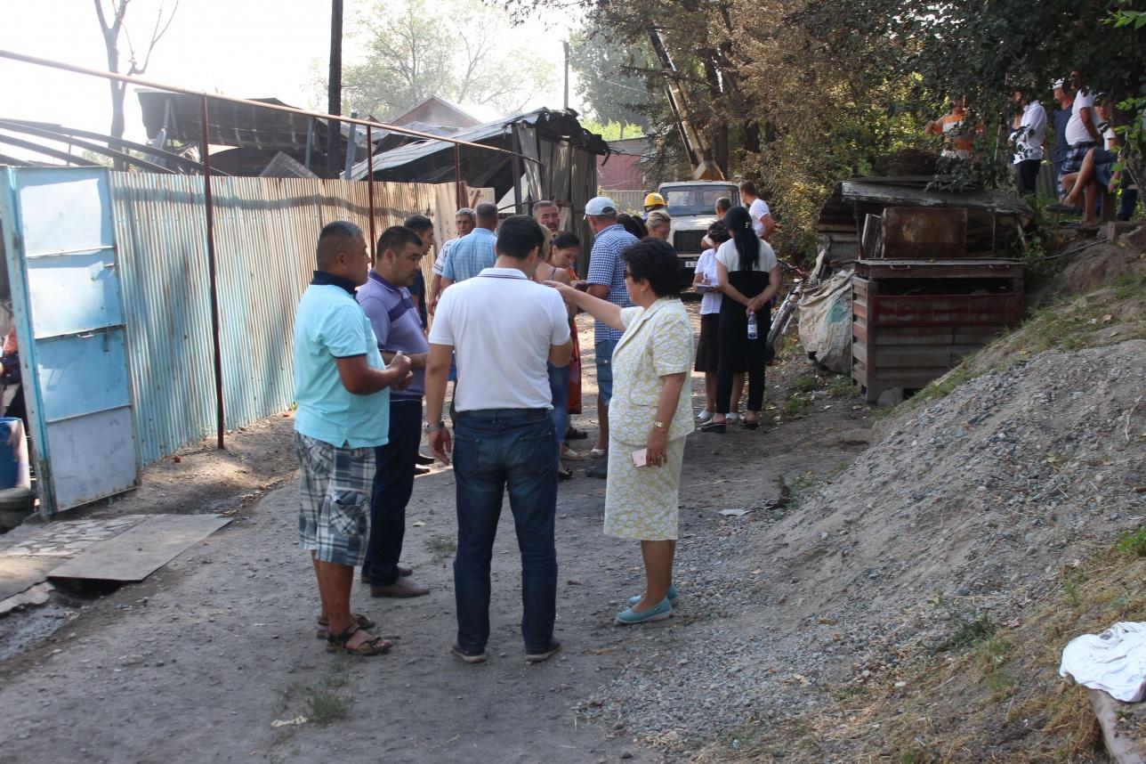 Сельчане собрались возле сгоревших домов