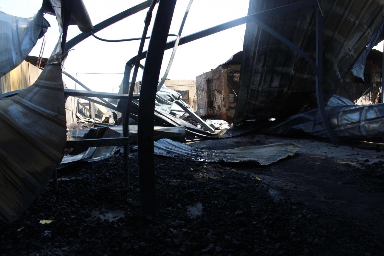 Территория сгоревшего дома, где находился мебельный цех