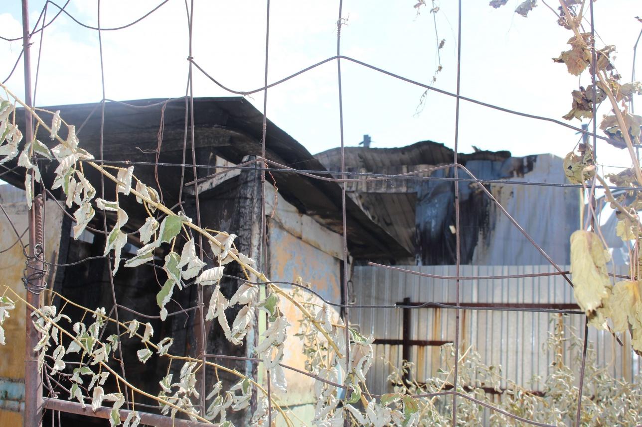 В соседних домах остался сгоревший фундамент