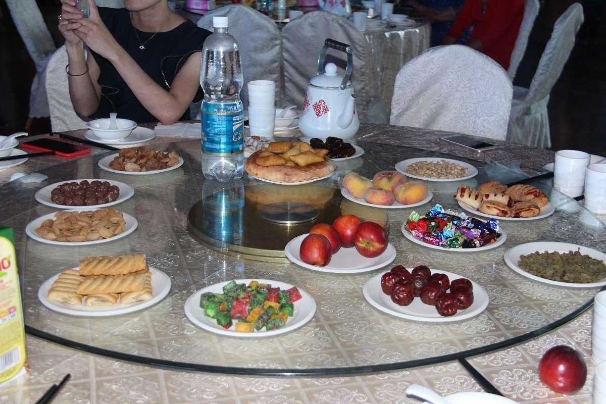 Праздничный стол казахов из Китая