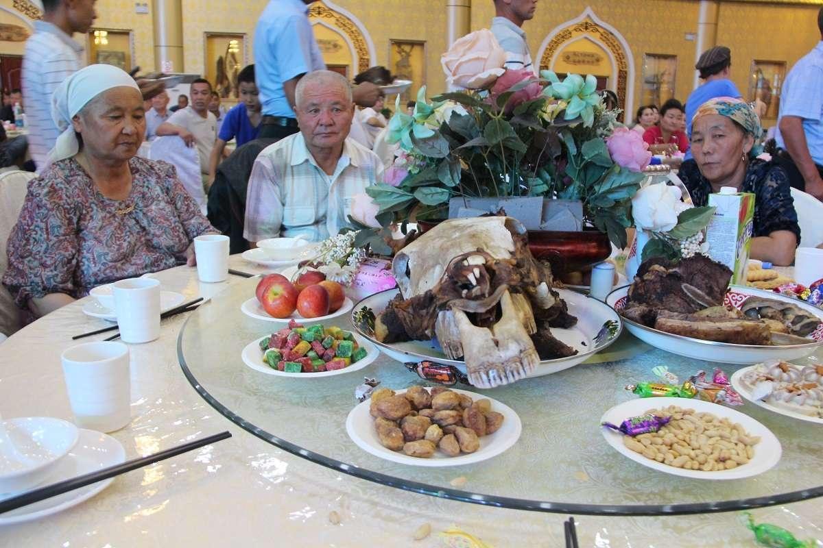 Голову коня подали самым уважаемым гостьям свадьбы-сватам из Казахстана