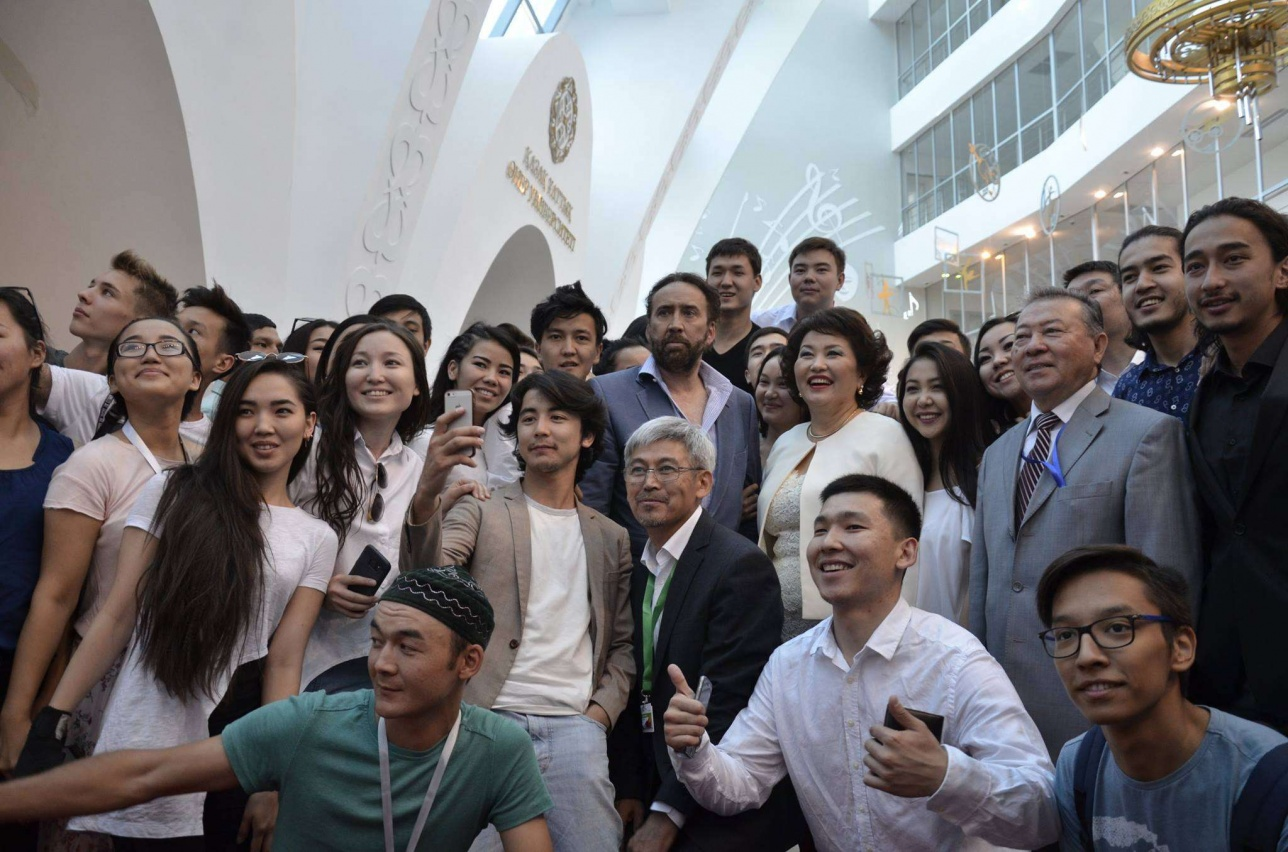 Николас Кейдж со студентами Казахского Национального Университета Искусств в Астане