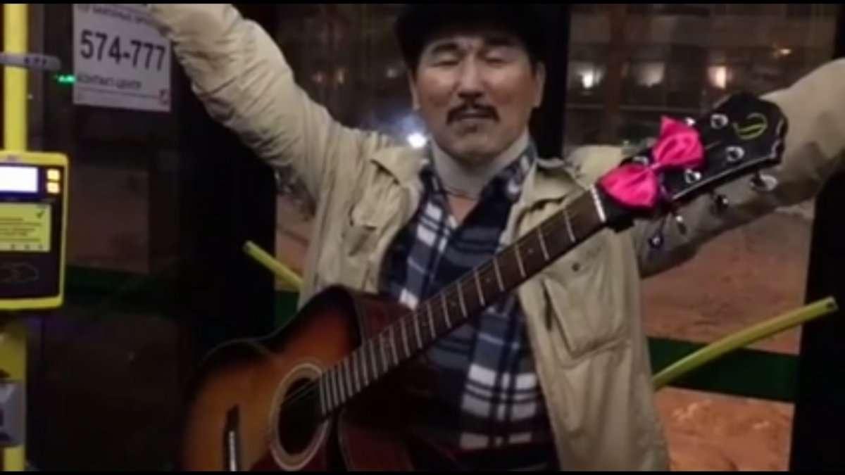 Гитарист из Шымкента развлекает пассажиров столичных автобусов