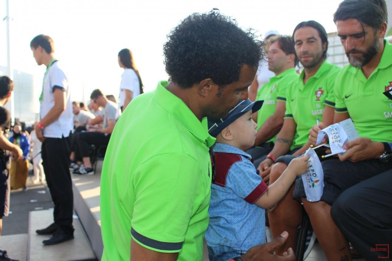 Автографы вне очереди получали самые маленькие фанаты