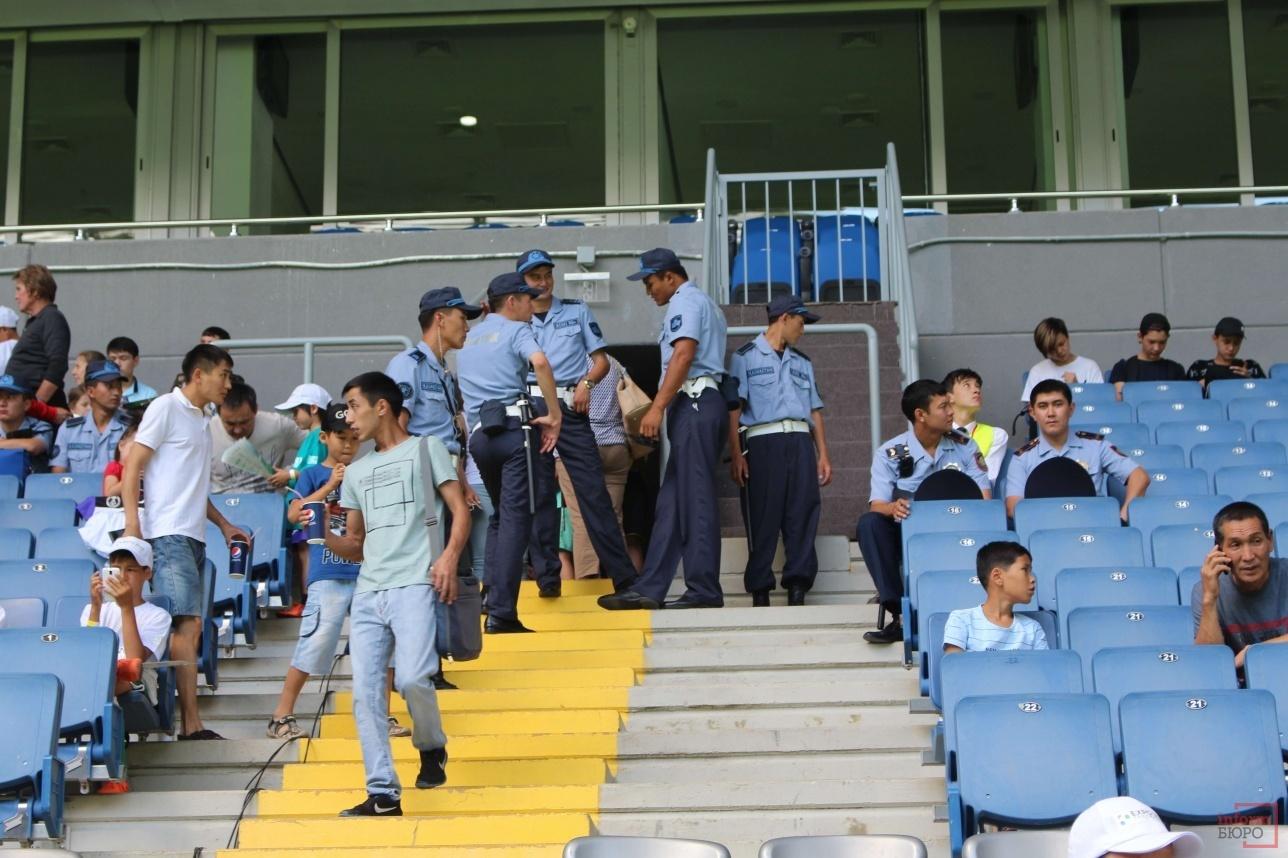Стражи порядка также смотрели футбол и отдыхали в перерывах матчей