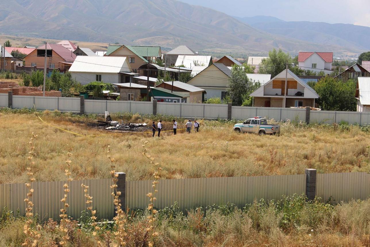 Самолёт упал на пустырь, совсем рядом находятся жилые дома
