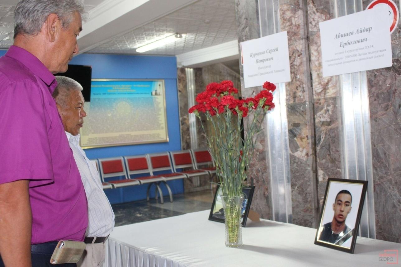 Cотрудники академии приходят почтить память погибших