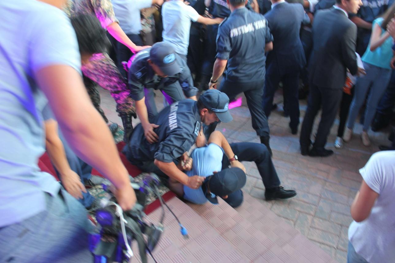 Полицейские с трудом удерживали фанатов