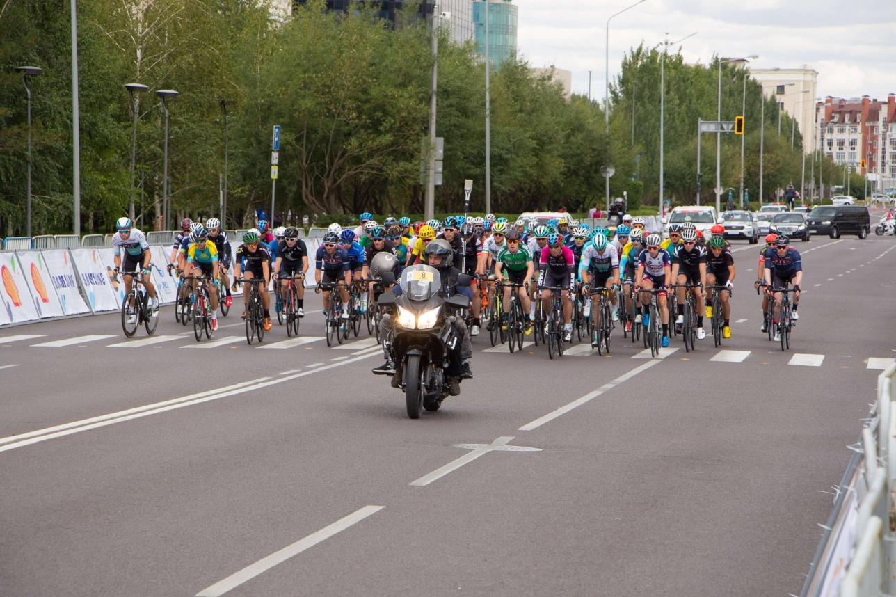 Сопровождение велогонщикам обеспечивали мотоциклисты с операторами