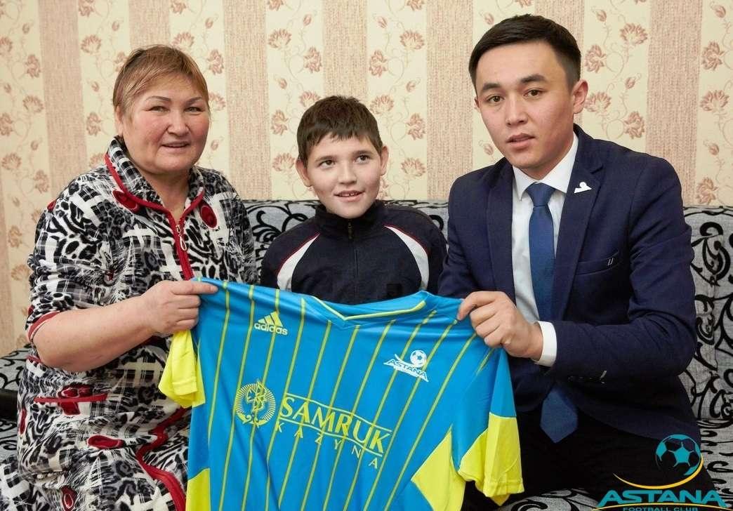 """Футболисты """"Астаны"""" помогли ребёнку с ДЦП"""