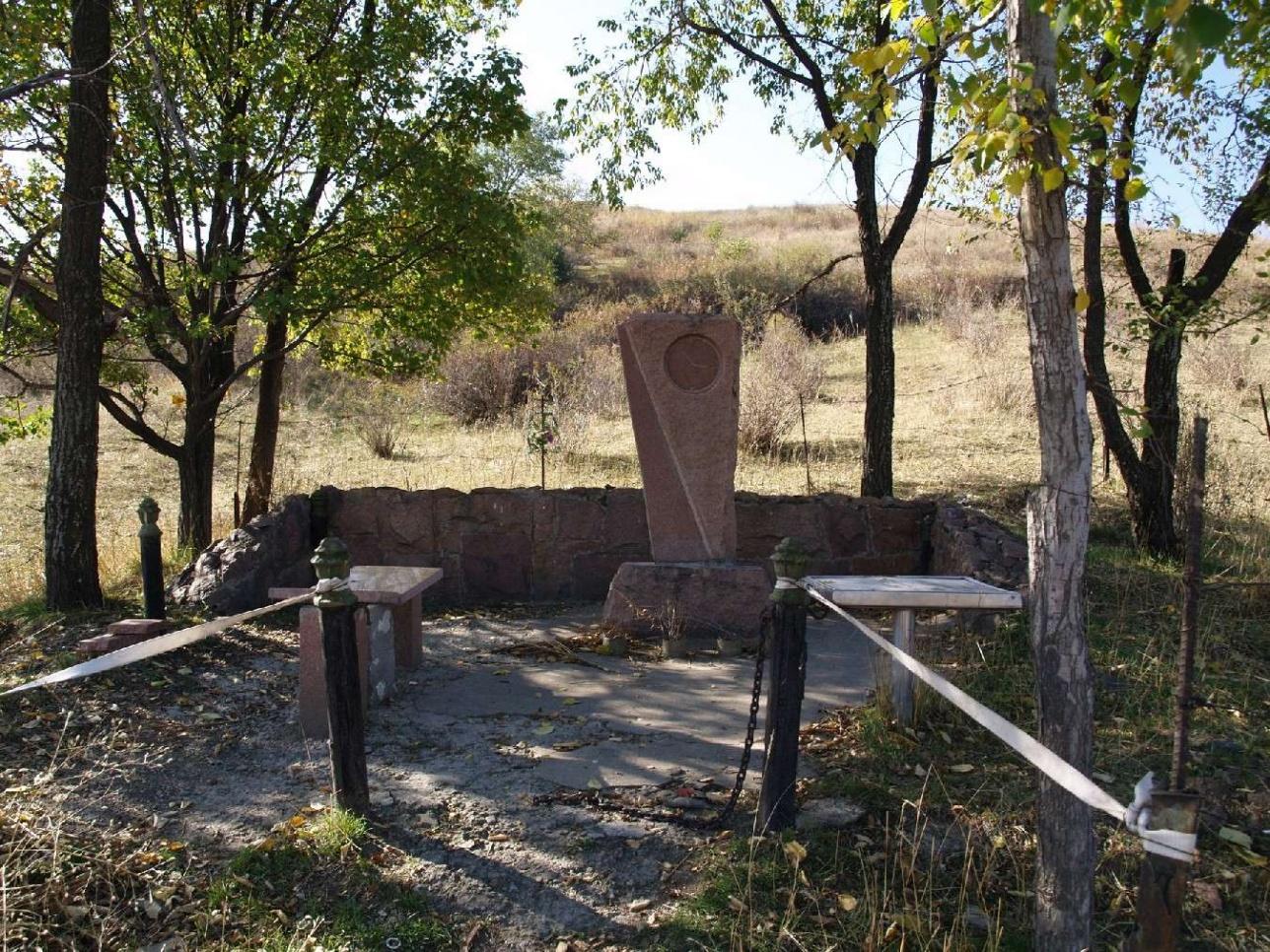 Памятник на месте авиакатастрофы на горе Долан