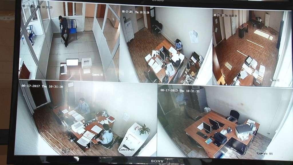 Камеры сопровождают задержанного от входа в здание вплоть до кабинета следователя