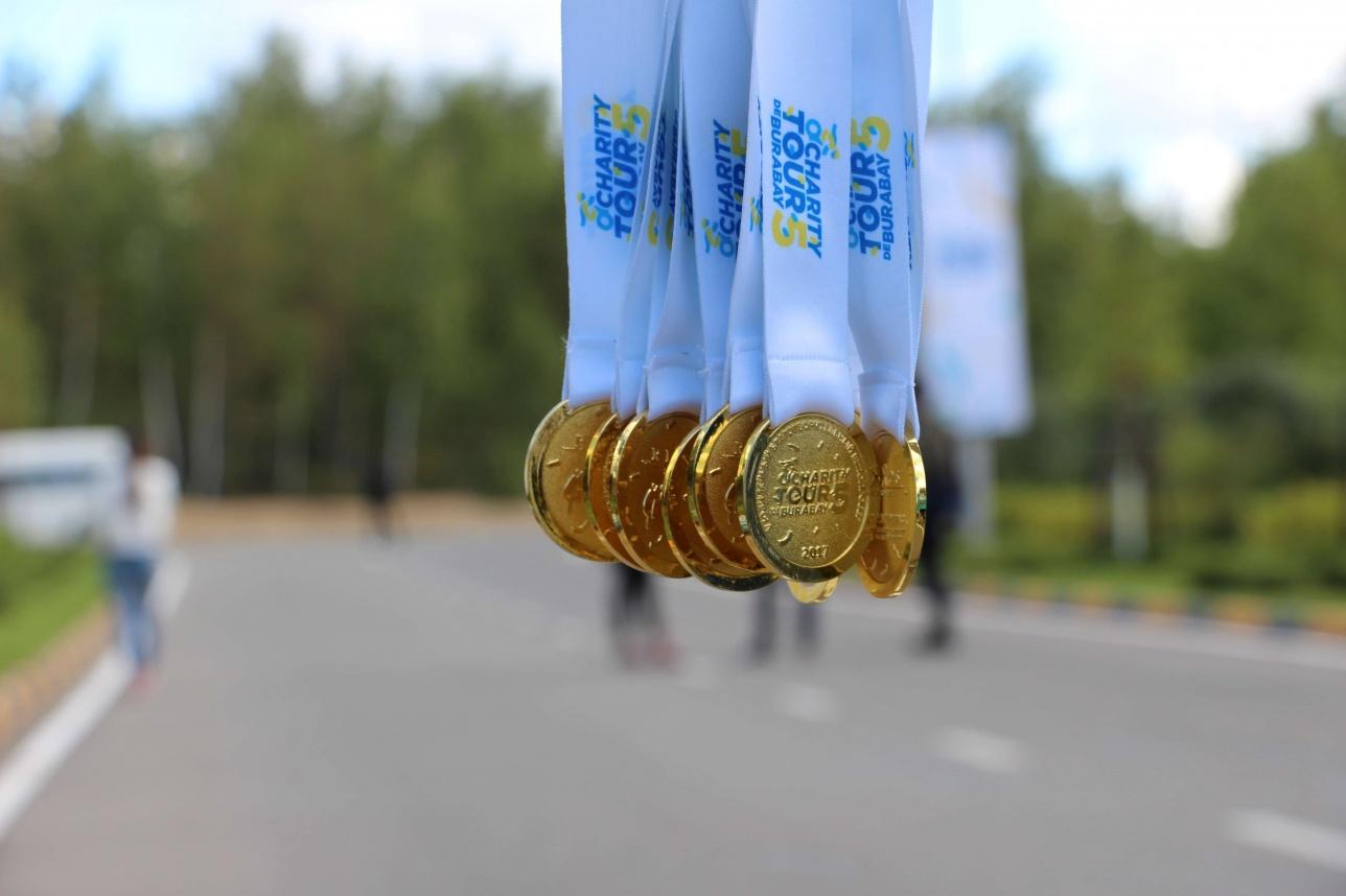 Первым нескольким десяткам участников организаторы подготовили медали