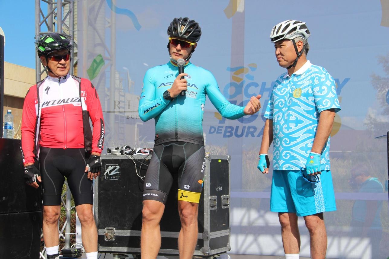 Булат Утемуратов, Александр Винокуров и Арыстанбек Мухамедиулы дают напутствие участникам перед стартом
