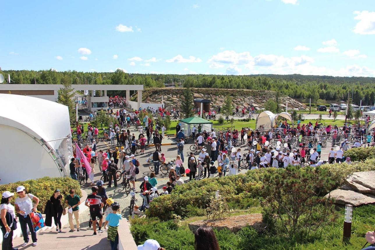 Сотни участников быстро оккупировали всё свободное пространство территории отеля