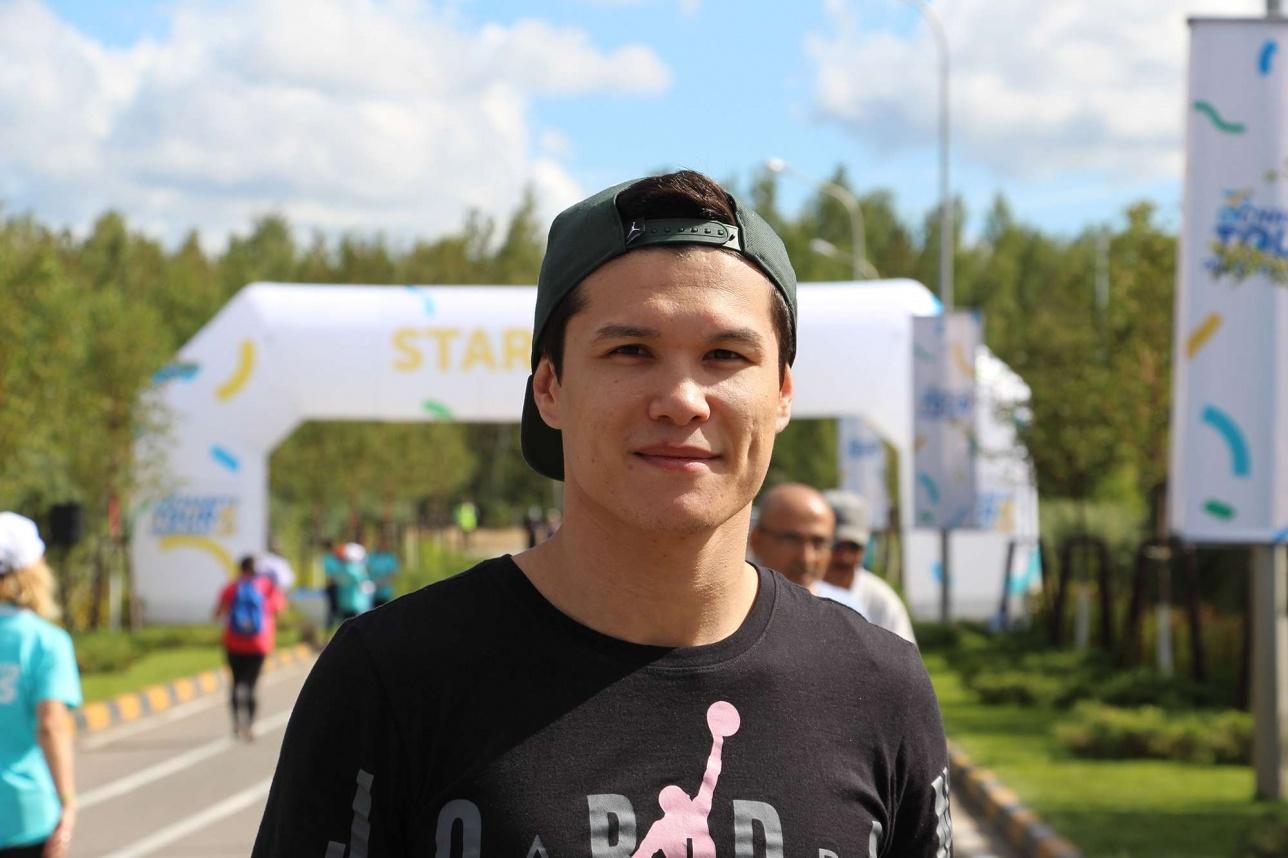 Данияр Елеусинов в велопробеге не участвовал, однако охотно давал интервью перед заездом