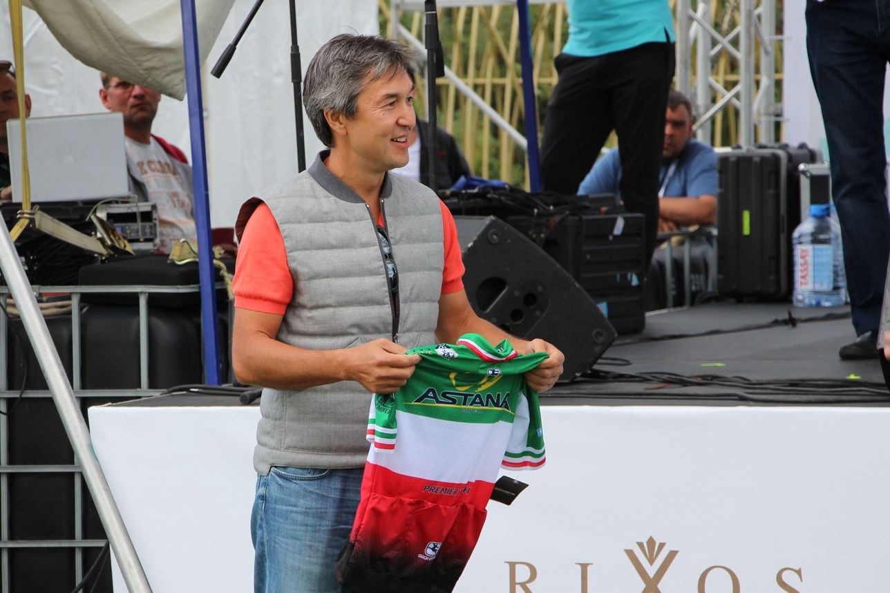 Раимбек Баталов со своей покупкой - победная Джерси за несколько миллионов тенге