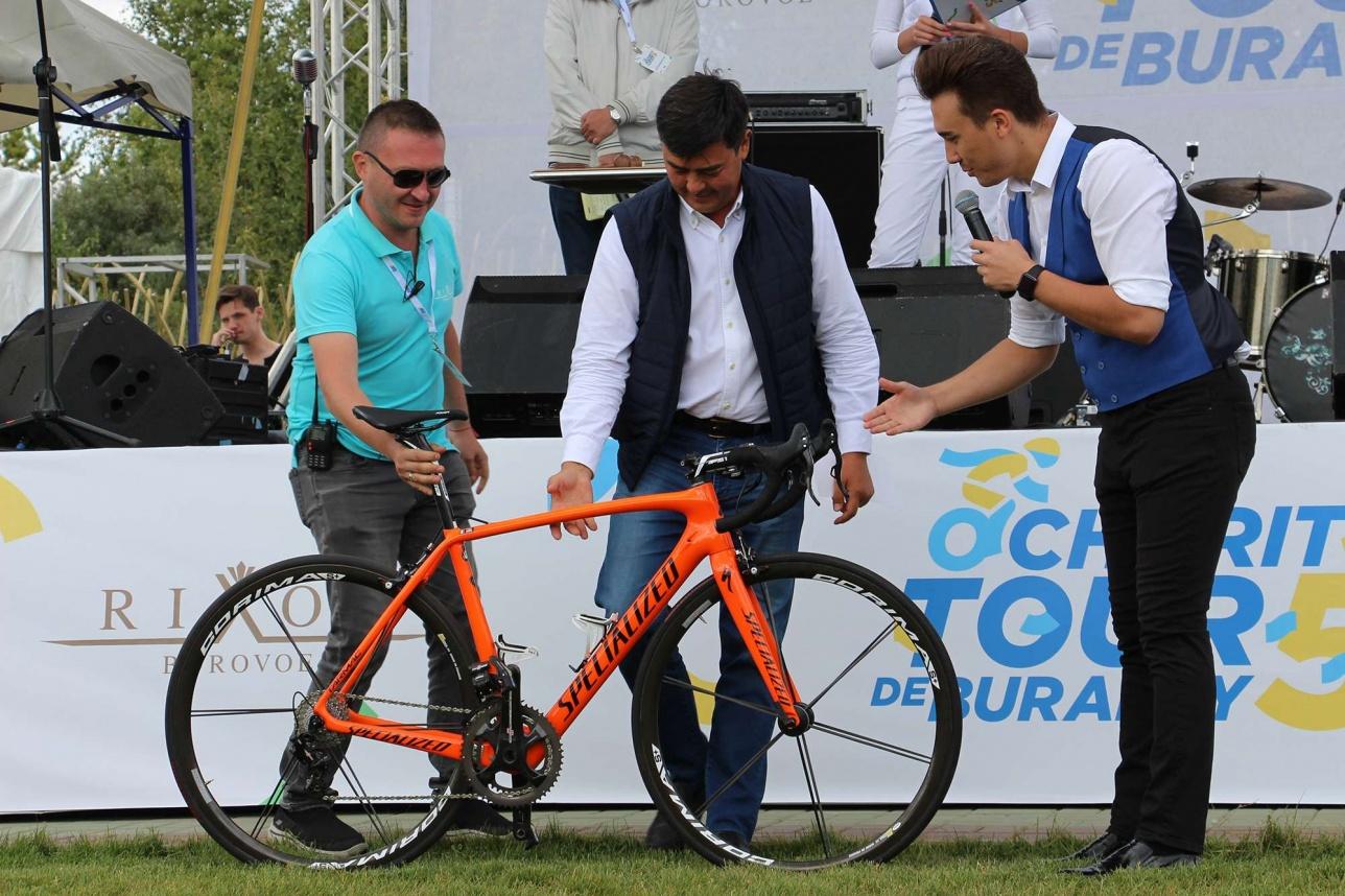 При продаже этого велосипеда голос ведущего сорвался на фальцет. На фото владелец лота - Арманжан Байтасов