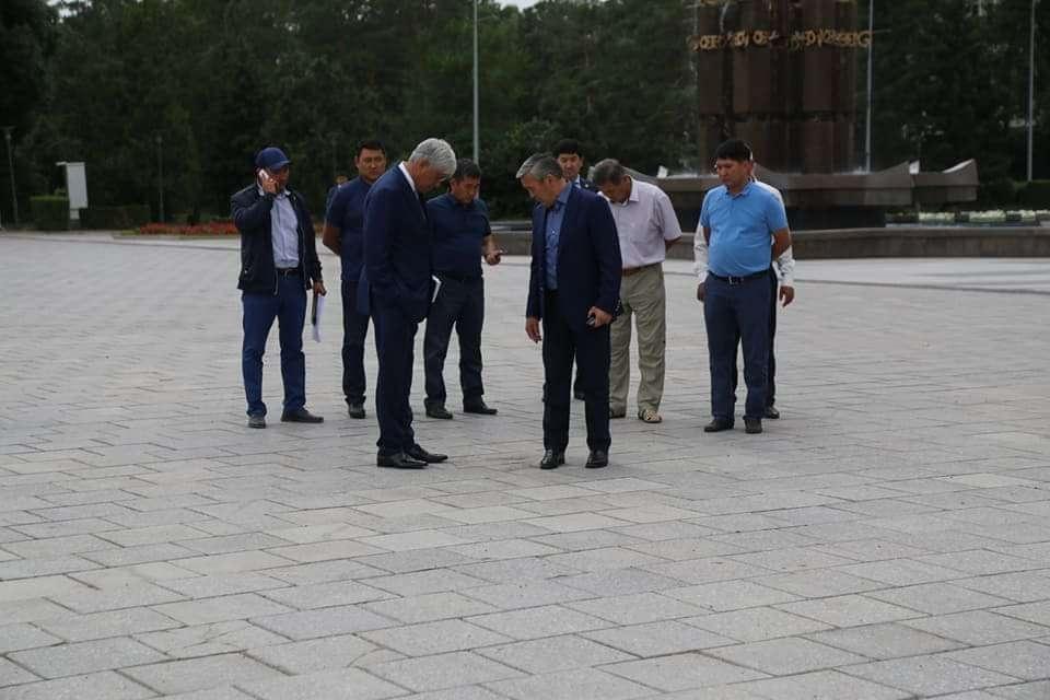 Аким области Баталов и глава города забыла как инспектируют качество брусчатки на главной площади Талдыкоргана в августе 2017 года