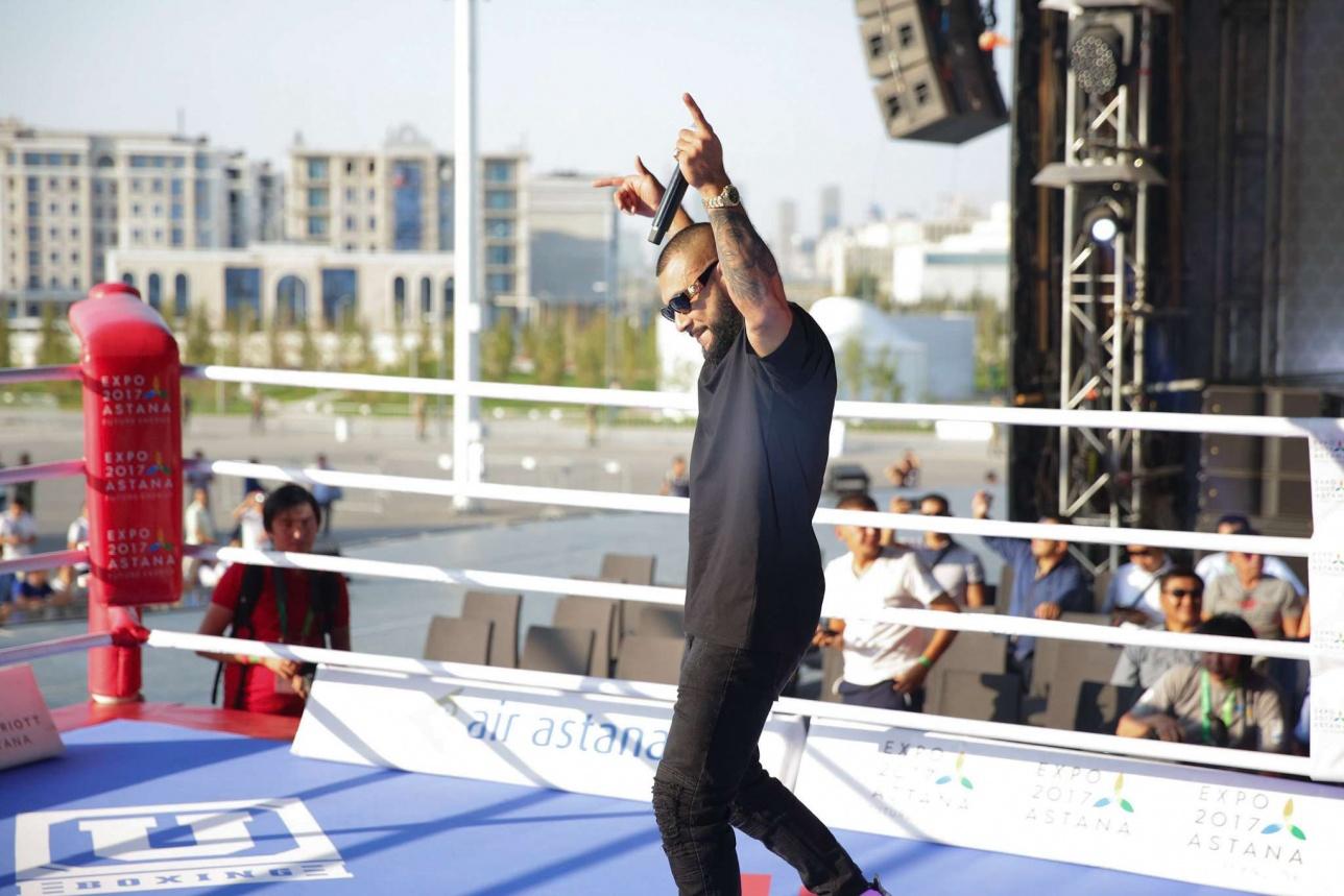 Перед главным поединком вечера зрителей развлекал известный в России рэпер MC Doni из лейбла Black Star, владельцем которого является Тимати