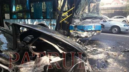 Mercedes врезался в пассажирский автобус