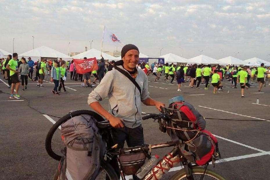 Артур Алиев приехал на ШОС в Астану из Новосибирская на велосипеде