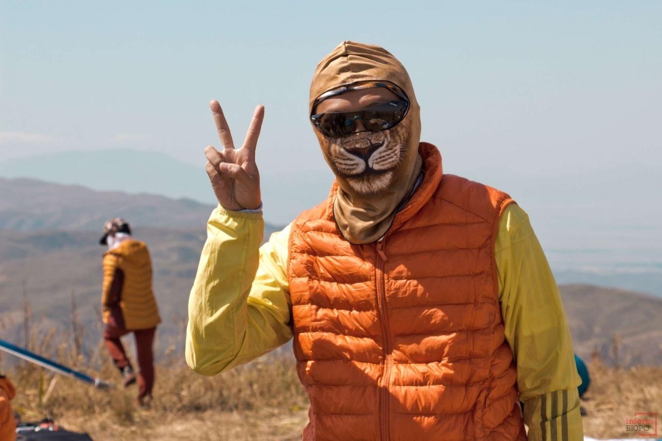 От палящего солнца спасает маска или головной убор